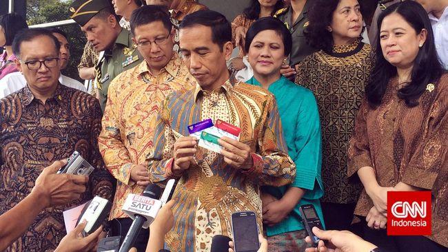 klaten-cnn-indonesia-tiga-kartu-sakti-presiden-joko-widodo-dibagikan-secara-simbolis-kepada-ratusan-peserta-penerima-bantuan-iuran-pbi-di-klaten-pagi-ini-ratusan-warga-klaten-yang-sudah-menanti-kedatangan-jokowi-di-sekolah-dasar-temuwangi-akhirnya-resmi-m