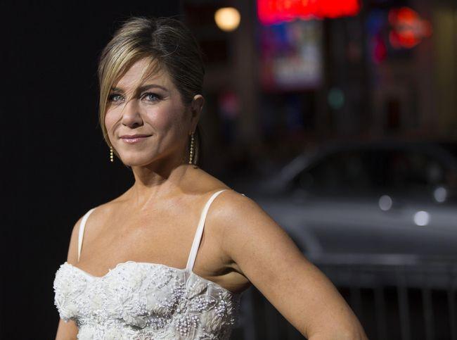 Jennifer Aniston Telanjang Dada di Pelukan Pria