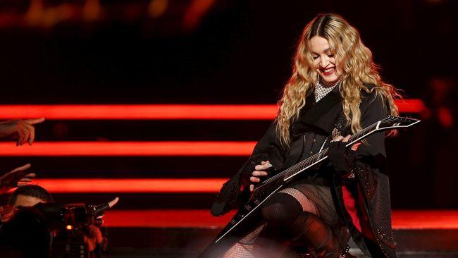 Bermimpi Liburan Bersama Anak, Madonna Datangi Pengadilan