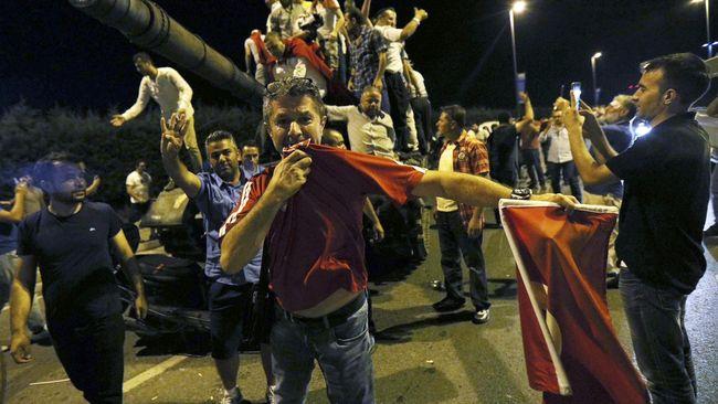 Lawan Kudeta, Rakyat Turki Mengadang Tank Militer