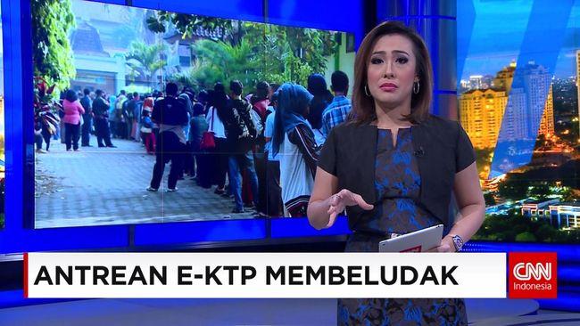 CNN Indonesia Detail: Antrean E-KTP Membeludak