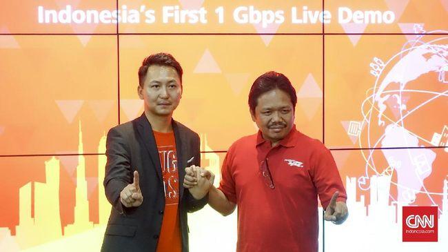 Deputy CEO Huawei Indonesia Sun Xiwei dan Direktur Network Telkomsel Sukardi Silalahi berpose setelah melangsungkan uji coba akses data berkecepatan 1 Gbps di Jakarta, Jumat (21/10). (CNN Indonesia/Bintoro Agung)