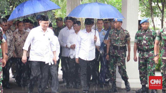 Setelah Jaket Bomber, Giliran Payung Jokowi Jadi Tren