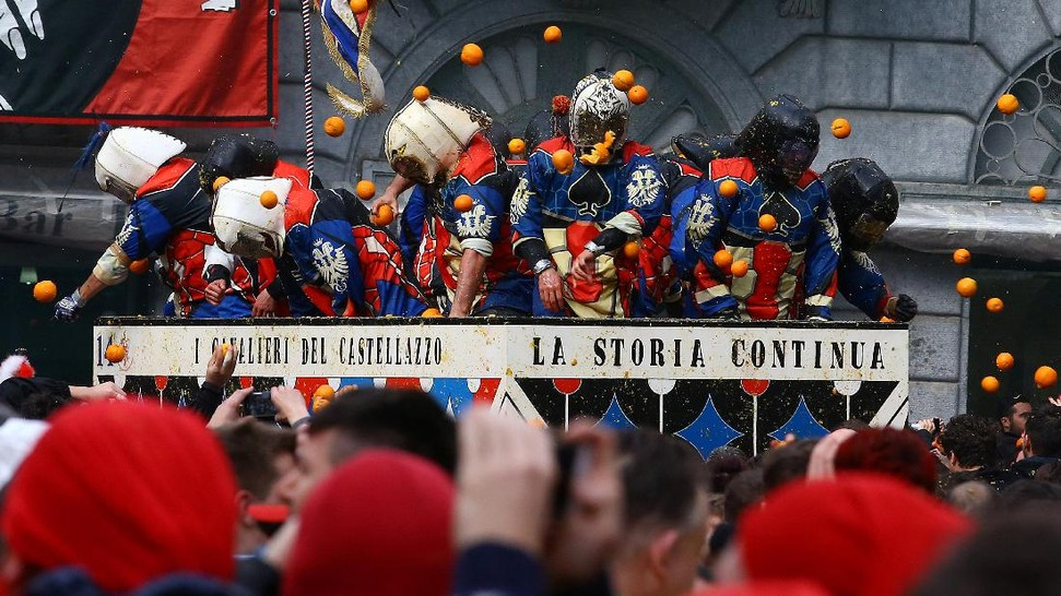 ivrea muslim Members of rival teams fight with oranges during an annual carnival battle in the northern italian town of ivrea 70 muslim couples editors choice pictures.
