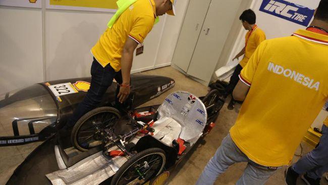 Purwarupa mobil hemat bahan bakar karya mahasiswa Indonesia di ajang Shell eco-marathon di Singapura. Foto: CNNIndonesia/Artho Viando