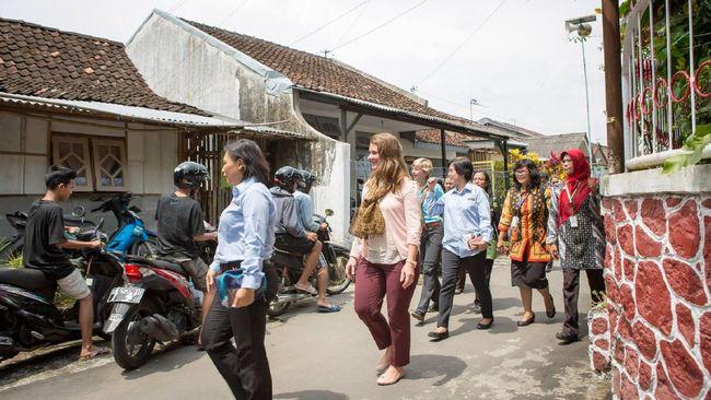Hasil gambar untuk istri Bill Gates ke indonesia