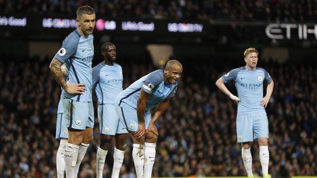 Guardiola Mengeluh Para Beknya Tak Lagi Muda