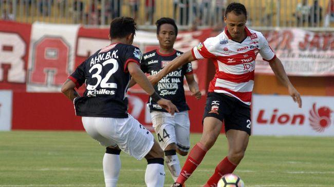 Babak Persib Tertinggal Akibat Penalti - Jakarta CNN Indonesia Madura United untuk sementara unggul atas tim tamu Persib Bandung di Stadion Ratu Pamelingan pada