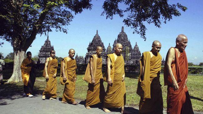 sebagian Bhikku berjalan kaki di area Candi Prambanan