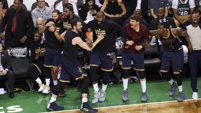 Final NBA Cavaliers vs Warriors - Jakarta CNN Indonesia Final NBA musim ini kembali mempertemukan Cleveland Cavaliers melawan Golden State Final ini merupakan ulangan