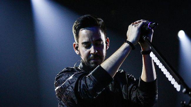 Chester Bennington Tanpa Tato Api - Jakarta CNN Indonesia Linkin Park masih berduka atas perginya Chester vokalis utama mereka yang meninggal gantung diri pada