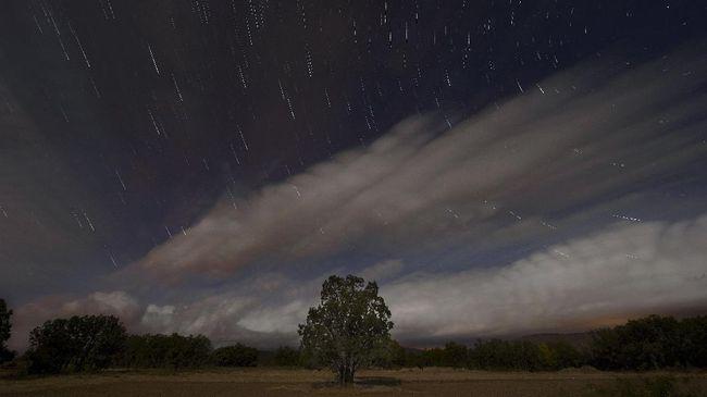 Tengah Malam Langit Bermandikan Hujan - Jakarta CNN Indonesia langit akan dihiasi fenomena alam berupa hujan meteor tahunan Fenomena tersebut dilaporkan akan mencapai puncaknya