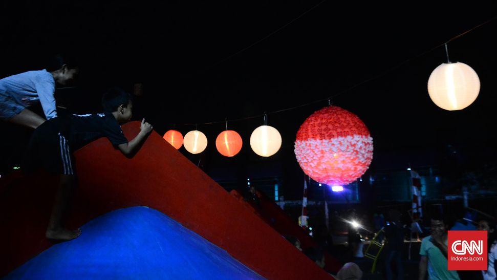 Pendar Lampion Merah Putih di Taman Kota Solo