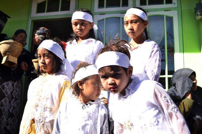 Ritual Potong Rambut Gimbal Tutup Festival Dieng 2017
